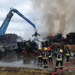 Ugniagesiai užgesino Kaune degusią metalo laužo ir automobilių dalių krūvą