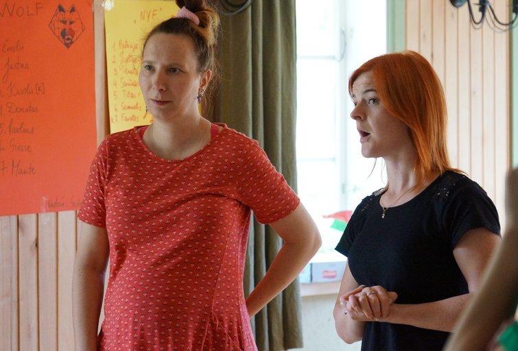 Įdomu, apie ką kalbasi animatorė Rasa Joni (kairėje) ir gestų kalbos vertėja Indrė Dulskaitė? (Surdologijos centro archyvo nuotr.)