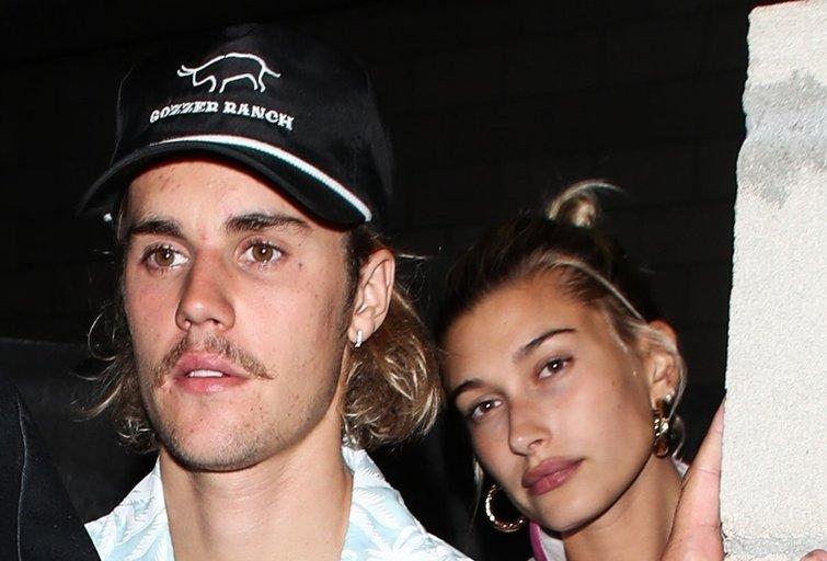 Gerbėjai įtaria vestuves: J. Bieberis ir sužadėtinė H. Baldwin pastebėti išeinantys iš bažnyčios (nuotr. Vida Press)