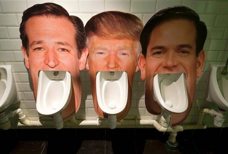 """JAV respublikonų kandidatai debatų metu nusprendė """"pasimatuoti kurio didesnis"""" (nuotr. SCANPIX)"""