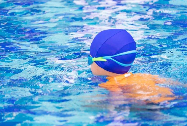 Vaikas baseine (nuotr. 123rf.com)