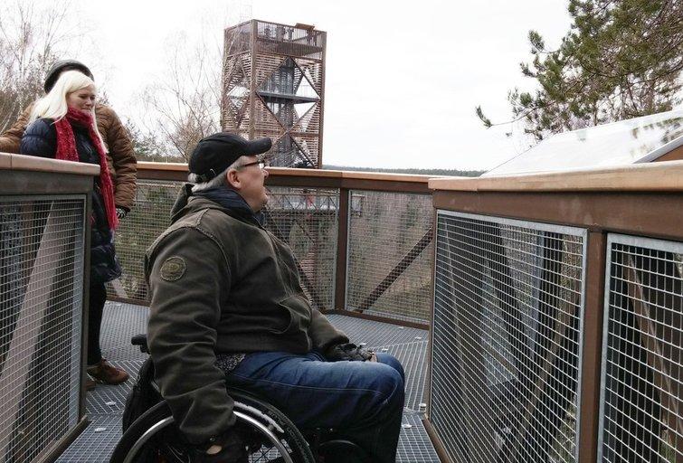 Žymiajame Lajų take apie vaikus, mažaūgius ar žmones neįgaliųjų vežimėliuose nepagalvota – jų žvilgsnius pasitinka turėklas. (Lietuvos žmonių su negalia sąjungos archyvo nuotr.)