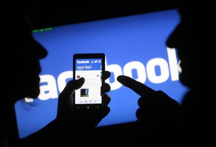 """""""Twitter"""", """"Facebook"""" ir """"YouTube"""" įsipareigojo per parą pašalinti neapykantą skatinančią medžiagą (nuotr. SCANPIX)"""
