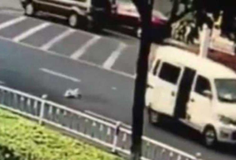 Kūdikis iškrito iš važiuojančio automobilio (nuotr. stop kadras)