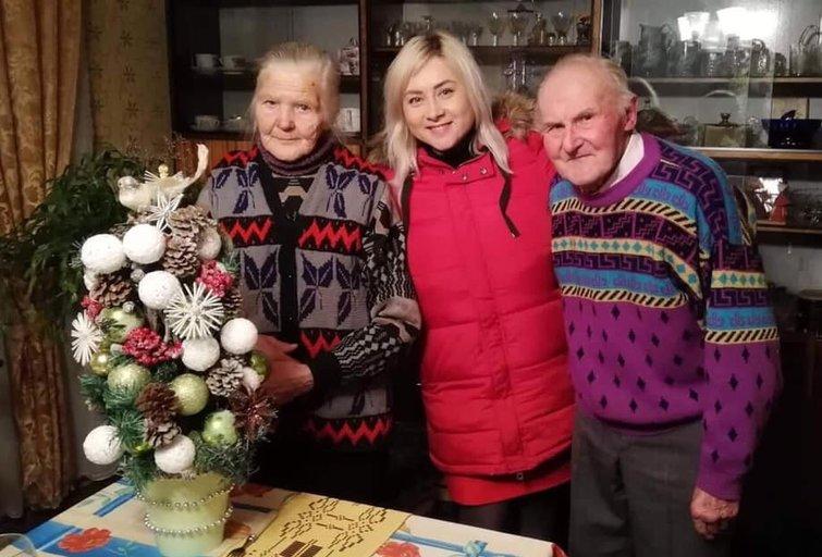 Sandra Žutautienė senjorams padovanojo savos kūrybos eglę (nuotr. facebook.com)