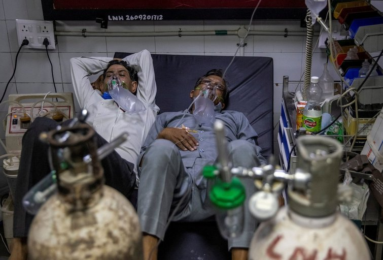 Koronaviruso protrūkis Indijoje: žmonės į lovas guldomi po du (nuotr. SCANPIX)