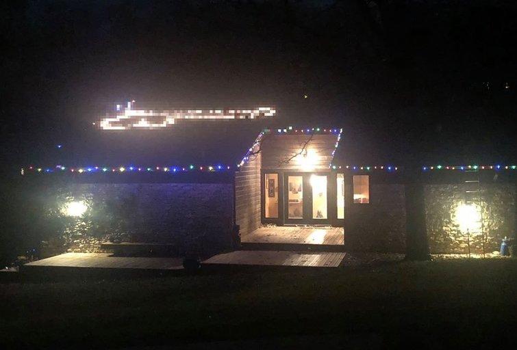 Jauna šeima nustebino kaimynus išraiškingais savo namo papuošimais (nuotr. facebook.com)