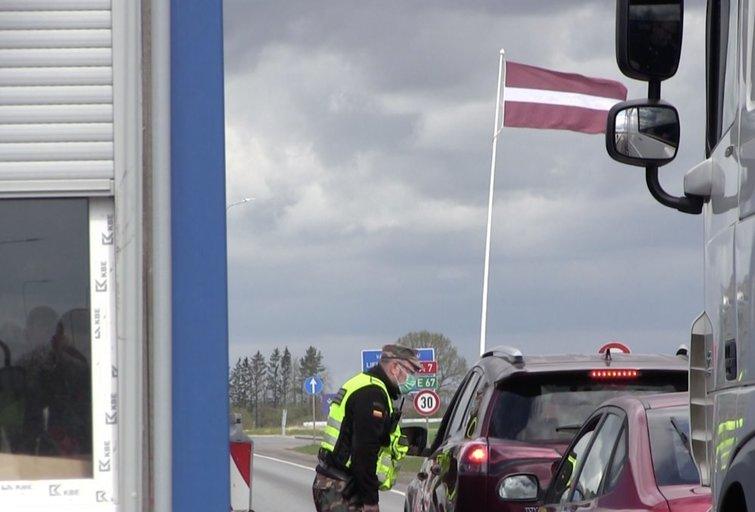 Prie sienos su Latvija – sujudimas: lietuviai, latviai ir estai traukia dirbti, pirkti ir pramogauti (nuotr. stop kadras)
