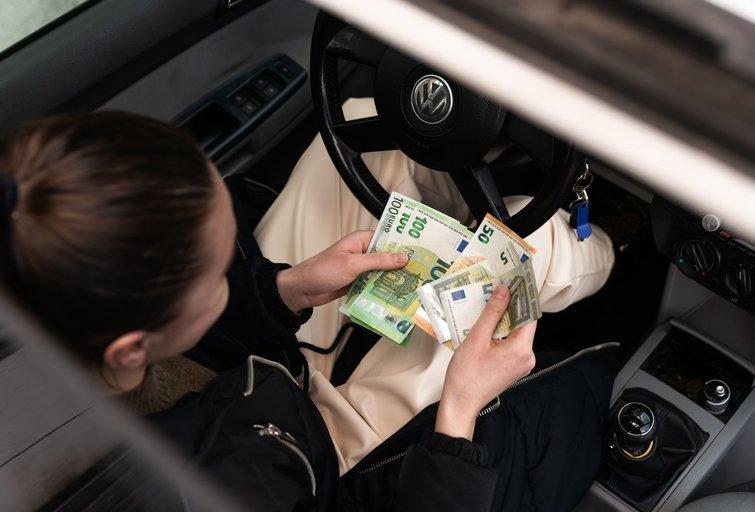 Atlyginimų mokėjimas grynaisiais pinigais paplitęs transporto sektoriuje (nuotr. Fotodiena/Justino Auškelio)