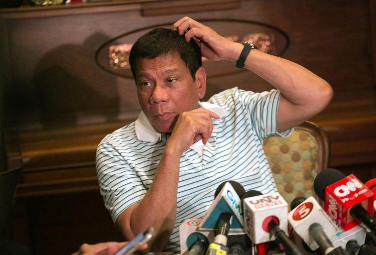 Filipinų prezidentui jo paties inauguracija pasirodė nevertu dėmesio renginiu (nuotr. SCANPIX)