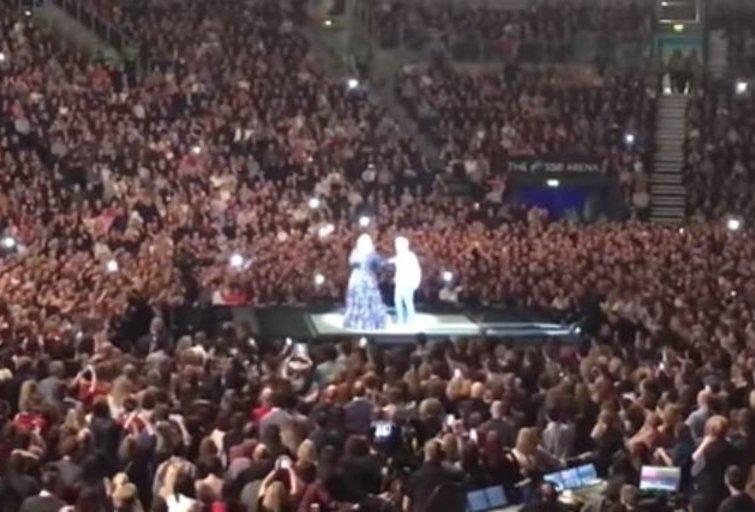 Adele koncerte – netikėtos merginos piršlybos mylimajam  (nuotr. YouTube)