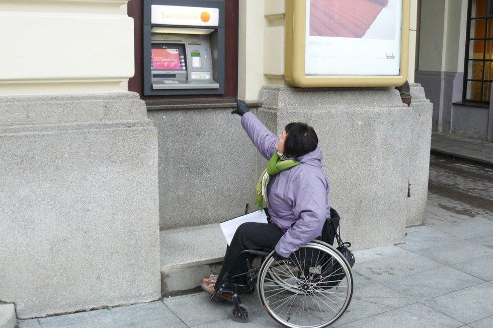 Bankomatai taip pat dažniausiai neprieinami žmonėms neįgaliųjų vežimėliuose ir mažaūgiams.  (Lietuvos žmonių su negalia sąjungos archyvo nuotr.)