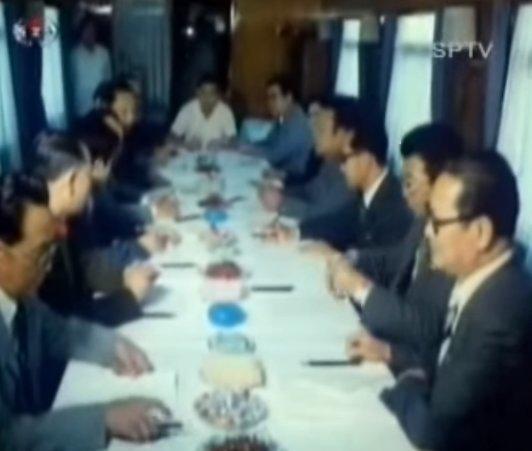 """Šiaurės Korėjos traukinys """"Nr.1"""": priešakyje bėgantys žvalgai ir omarai pietums (nuotr. YouTube)"""