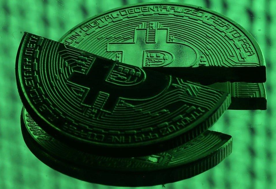 """Bitkoinų perspektyvos: pagrindiniai valdytojai gali per akimirką """"nusitempti viską į apačią"""" (nuotr. SCANPIX)"""