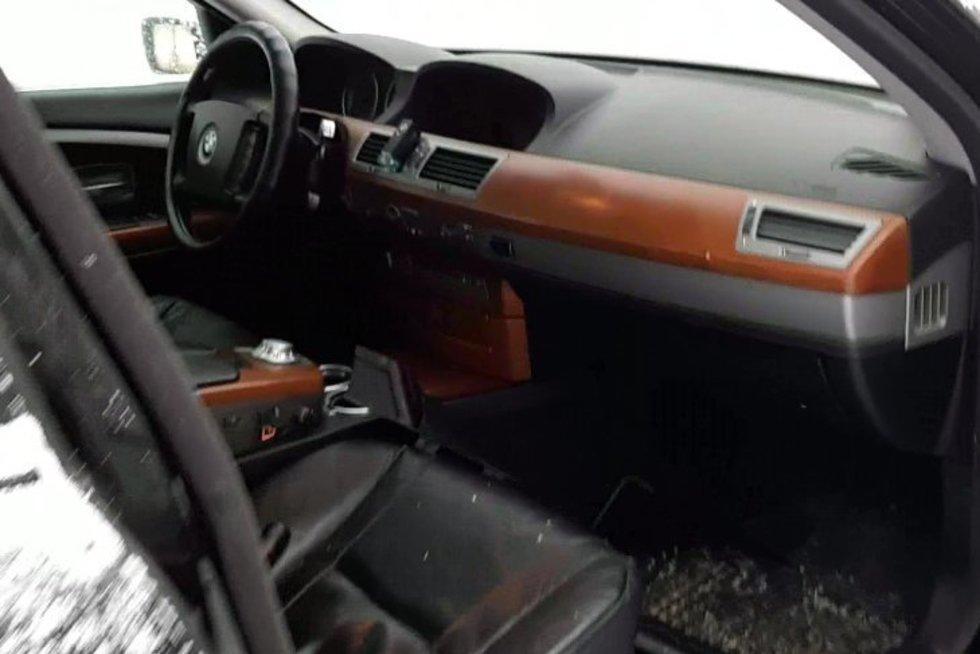 Muitininkų laimikis – rūkalų slėptuve virtęs BMW