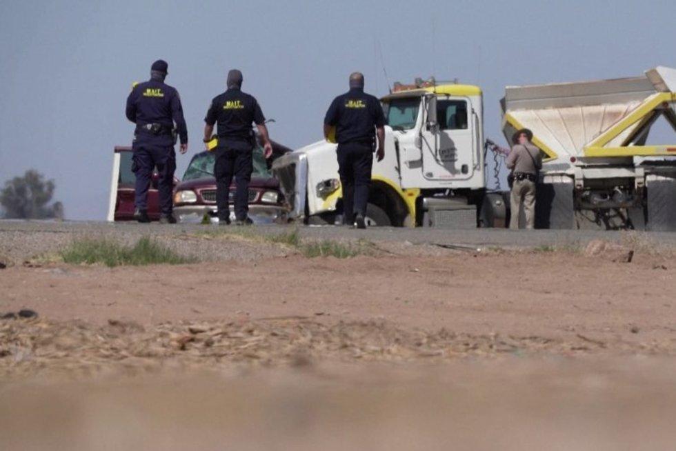 Tragiška avarija Kalifornijoje: žuvo mažiausiai 15 žmonių (nuotr. stop kadras)