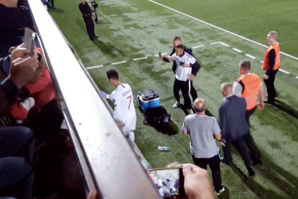 Į aikštę pas Ronaldo dėl asmenukės išbėgęs lietuvis susitarė dėl baudos