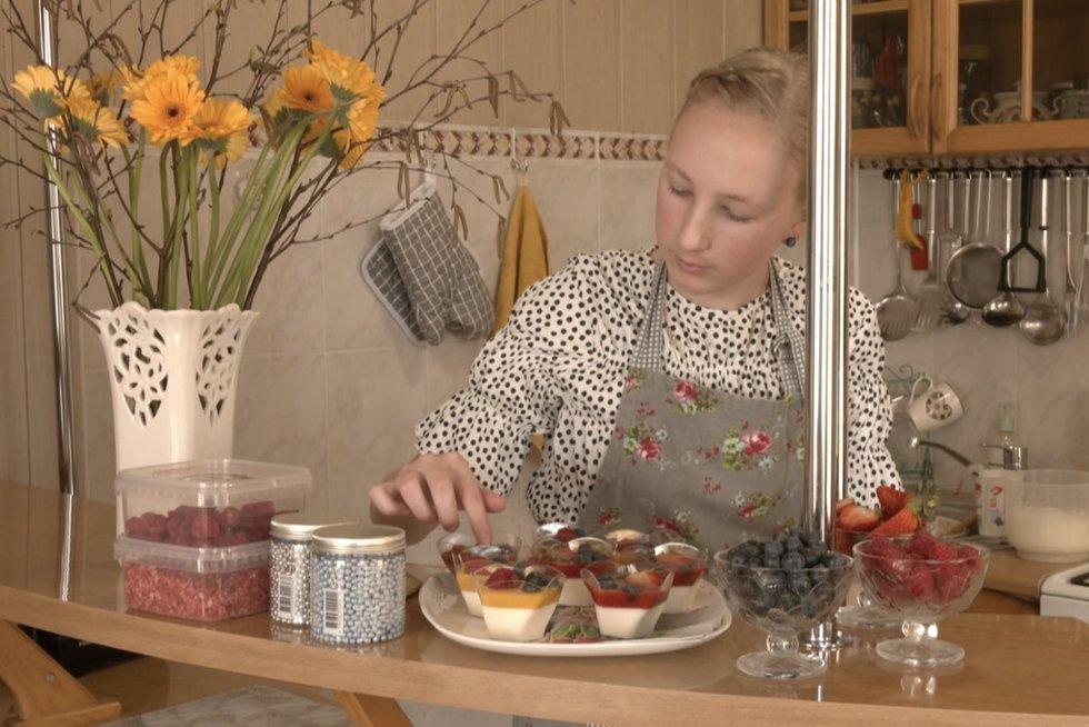 Dvylikametės iš Plungės rajono gaminami desertai stebina net patyrusius kulinarus (nuotr. stop kadras)