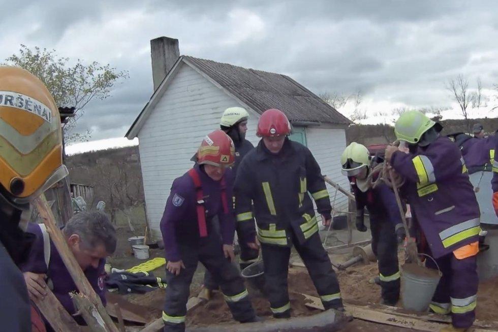 Sudėtinga gelbėjimo operacija iš arti: kasdami šulinį du vyrai pateko į pragarišką situaciją