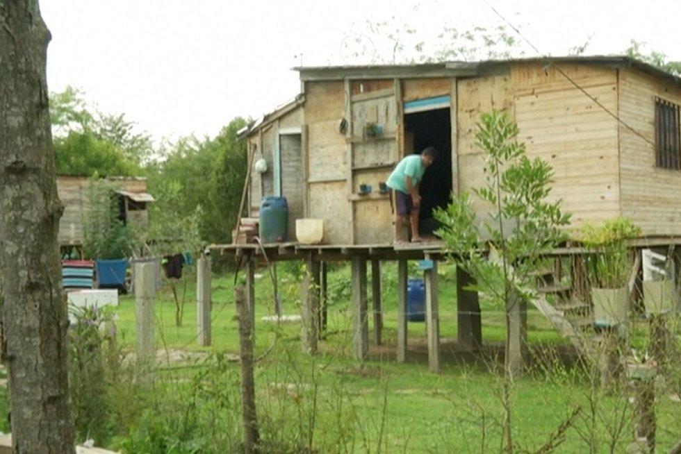 Argentinos skurdas atima žadą: vaikai – basi, namai pastatyti iš to, kas randama gatvėse (nuotr. stop kadras)