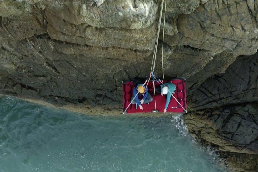 Nuotolinį darbą Airis suprato pažodžiui – jo ofisas kyburiuoja ant uolos (nuotr. stop kadras)