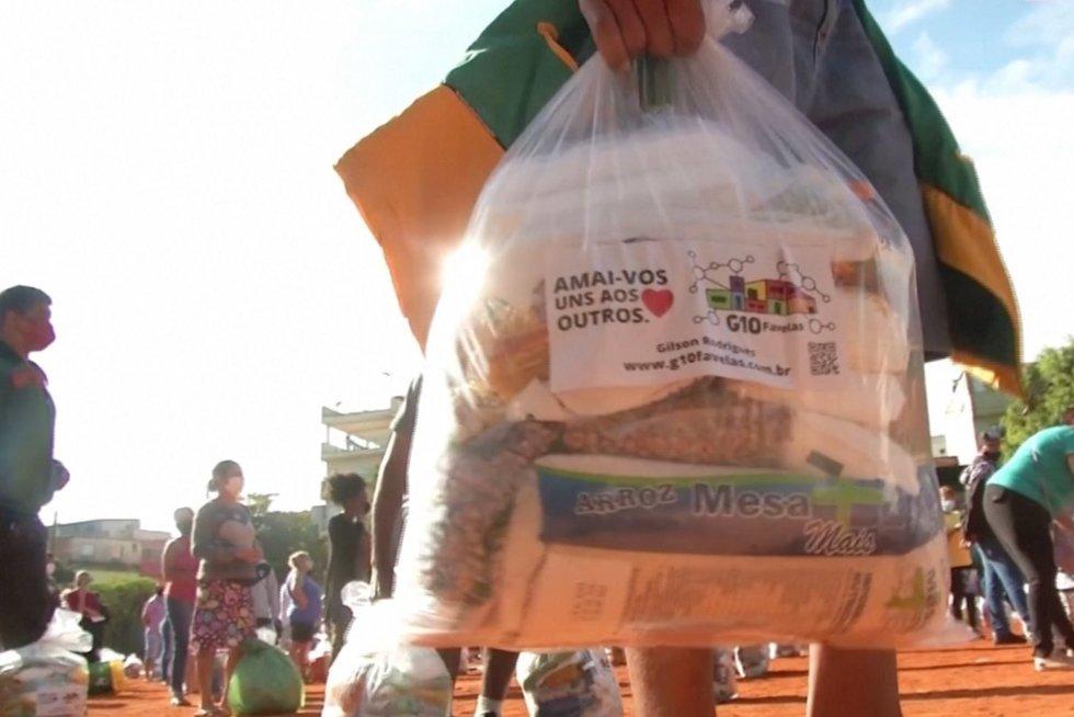 Alkstanti Brazilija: kol vieni dirba iš namų, kiti juose badauja (nuotr. stop kadras)