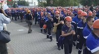 Protestuoti užsimanę Baltarusijos darbuotojai bauginami, į darbą neįleidžia ir žurnalistų (nuotr. stop kadras)