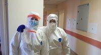 Štai taip apsirengę medikai dirba paskutiniu metu. Visa apsauginė apranga gerokai apriboja mediką – dažnai darbams vos įpusėjus jau ima trūkti oro, o laiko atokvėpiui rasti pavyksta toli gražu ne visuomet (asm. archyvo.nuotr.)