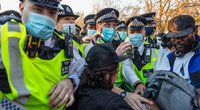 Antivakserių proteste Londone – grumtynės su policija (nuotr. SCANPIX)