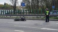 Tūkstantmečio gatvėje į avariją pakliuvo motociklininkas (nuotr. TV3)