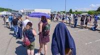 """Prie """"Litexpo"""" Vilniuje buvo nusidriekusi laukiančiųjų skiepų eilė (nuotr. Fotodiena/Justino Auškelio)"""