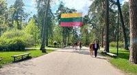 Vingio parke renkasi žmonės: vieni – švęsti meilės, kiti – prieš iškrypėlius (nuotr. Erika Fuks)