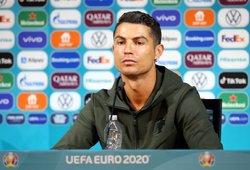 """UEFA uždraudė žaidėjams traukti """"Coca-Colos"""" buteliukus nuo stalo"""
