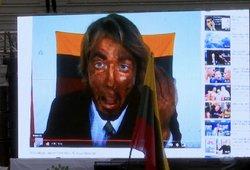 Šokoladu išteptą veidą į vėliavą nusivalęs menininkas eis į policiją: protestuotojai ruošia dar vieną skundą