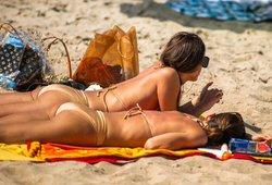Moteris liko visiškame šoke: iš paplūdimio išvarė dėl maudymosi kostiumėlio