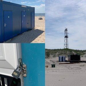 Poilsiautojai širsta dėl tualetų Šventosios paplūdimyje: jie užrakinti, todėl tenka eiti į jūrą