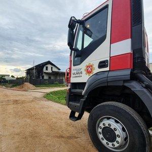 Dar vienas gaisras Vilniaus rajone: tikina, kad namas užsidegė nuo šašlykinės
