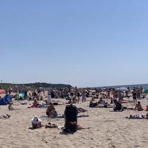 Poilsiautojai užplūdo Palangą: paplūdimyje sunku rasti vietos prigulti