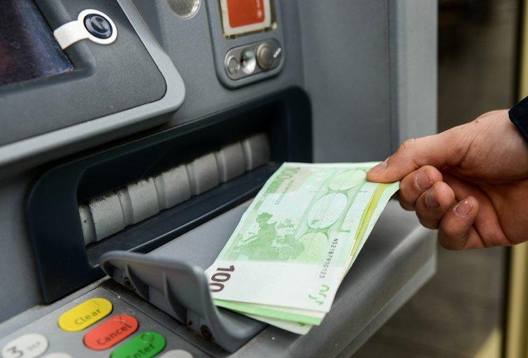 Pinigai bankuose nuvertėja dėl infliacijos (nuotr. Fotodiena/Justino Auškelio)