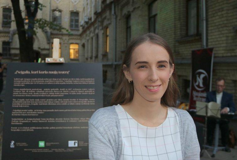 Kristina Grūšelionytė su kitais Naujojo teatro aktoriais dalyvavo fotoistorijų parodos pristatyme. Sigitos Inčiūrienės nuotr.