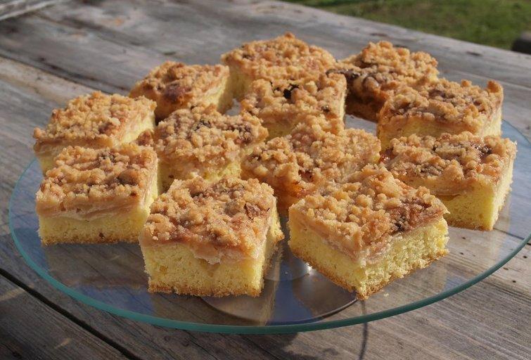 Obuolių pyragas (Nuotr. Baltoje lekštėje)