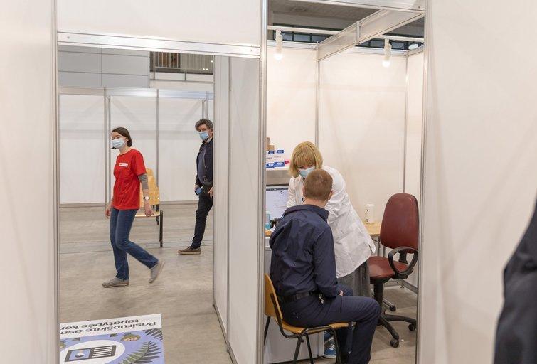 Persirgusiems COVID-19 pakaks tik vienos vakcinos dozės? Specialistai pritaria, bet ministerija kol kas trypčioja vietoje (nuotr. Vilnius.lt)