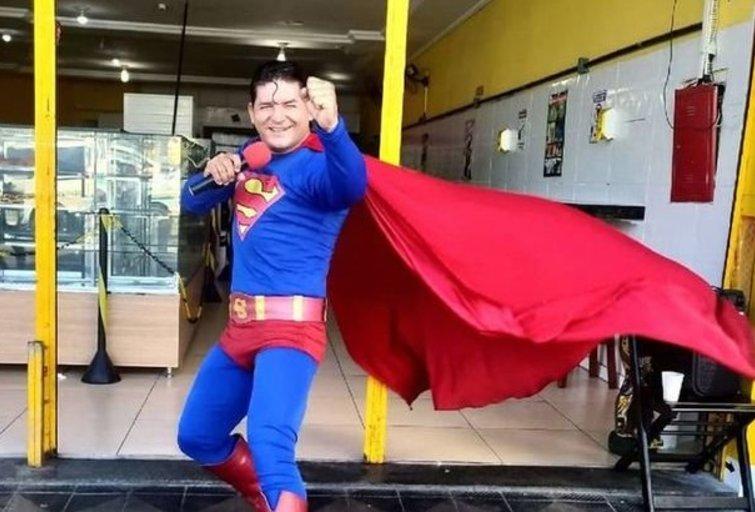 """Nevykęs """"Supermenu"""" persirengusio vyro triukas baigėsi fiasko: partrenkė autobusas (nuotr. facebook.com)"""
