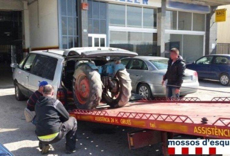 Su traktoriumi bagažinėje – 204 kilometrų per valandą greičiu. (nuotr. Organizatorių)
