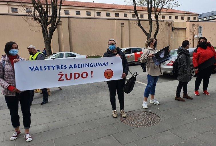 Prie Kauno teismo – piketas: dedamas taškas šiurpų sprendimą priėmusios mamos byloje (nuotr. TV3)