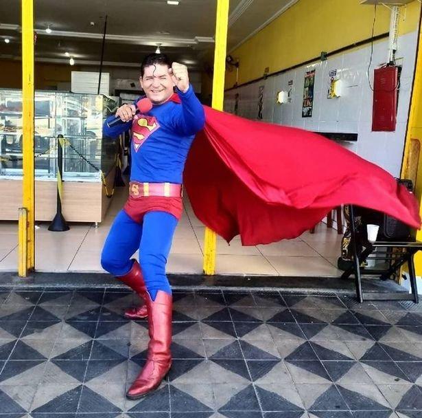 """Nevykęs """"Supermenu"""" persirengusio vyro triukas baigėsi fiasko: partrenkė autobusas"""