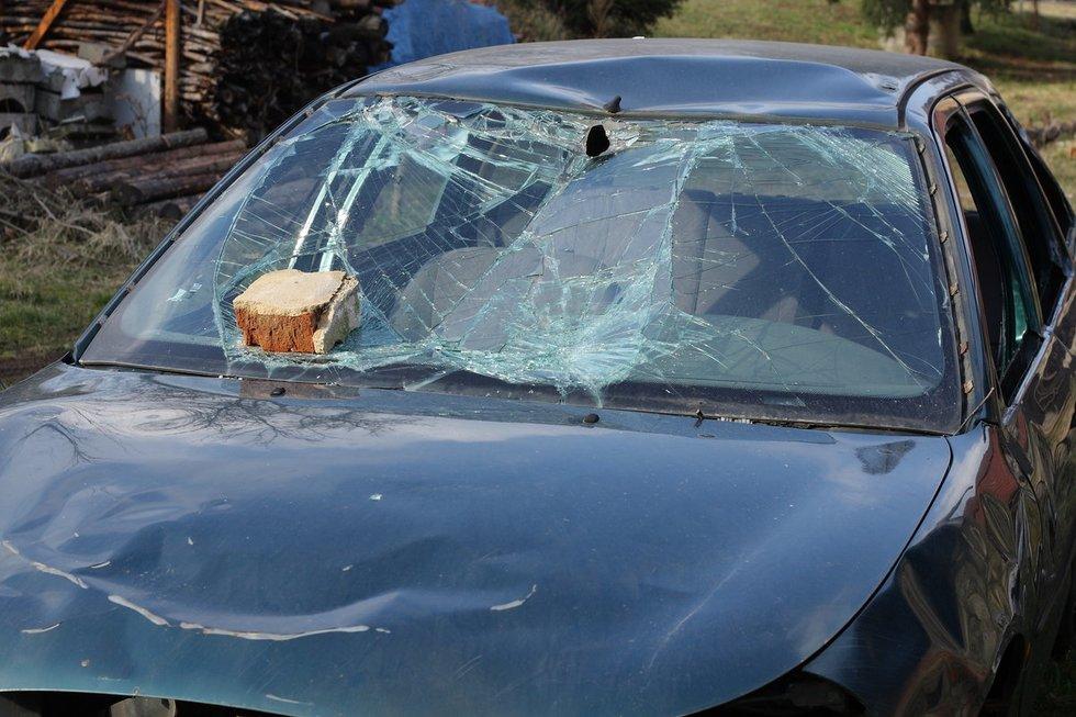 Plyta sudaužė automobilį (nuotr. Fotolia.com)