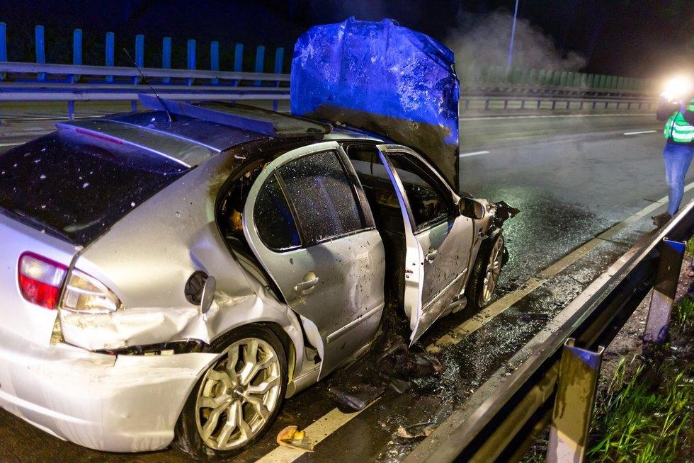 Vilniuje Geležinio Vilko gatvėje po avarijos sudegė Seat (nuotr. Broniaus Jablonsko)