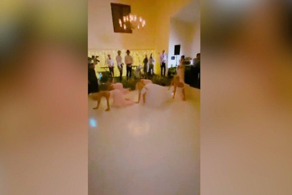 Nuotakos vestuvių šokis šokiravo svečius  (nuotr. stop kadras)