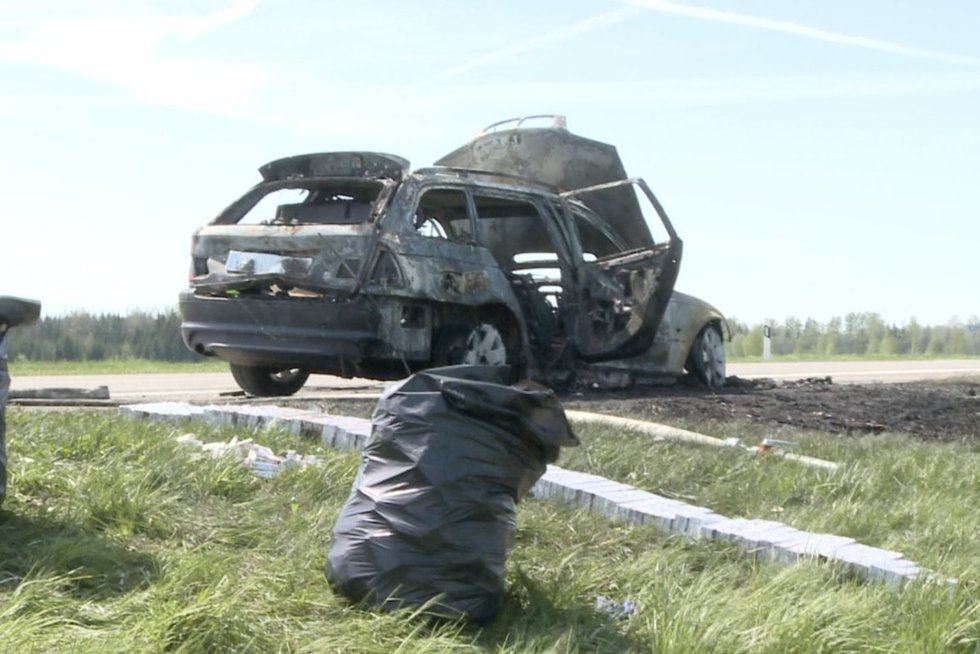 Prie Kuršėnų policijai nestojusio automobilio vairuotojas užuot išlipęs padegė automobilį (nuotr. stop kadras)